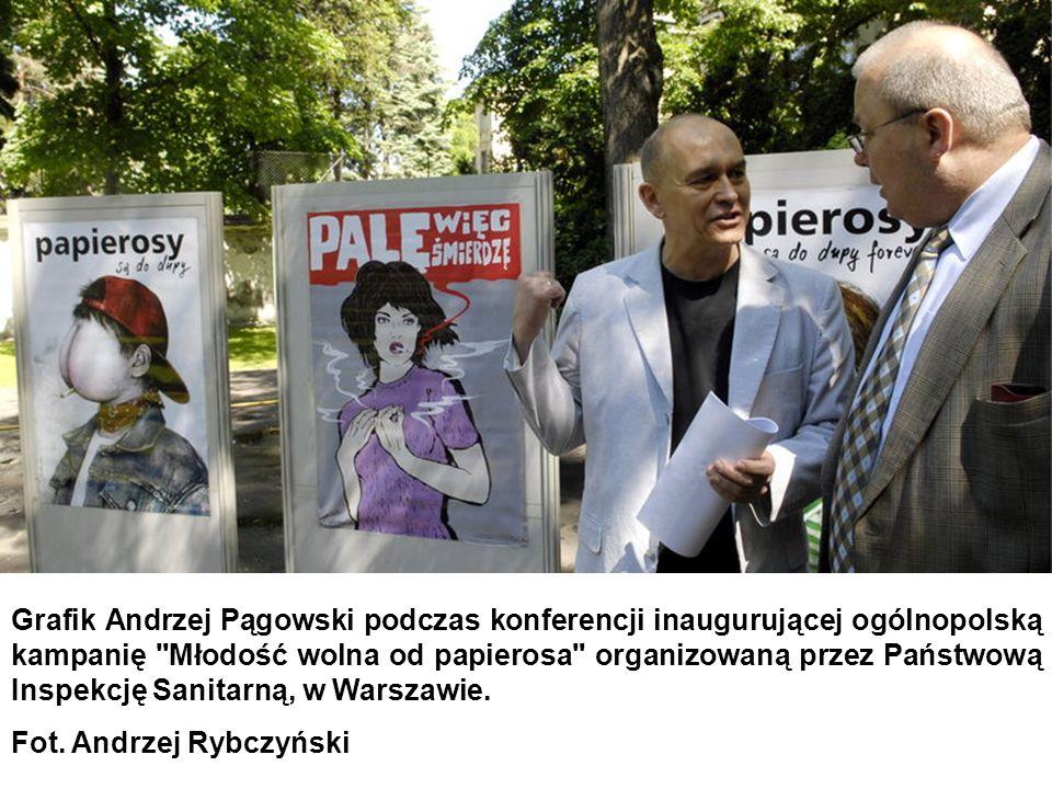 Grafik Andrzej Pągowski podczas konferencji inaugurującej ogólnopolską kampanię Młodość wolna od papierosa organizowaną przez Państwową Inspekcję Sanitarną, w Warszawie.