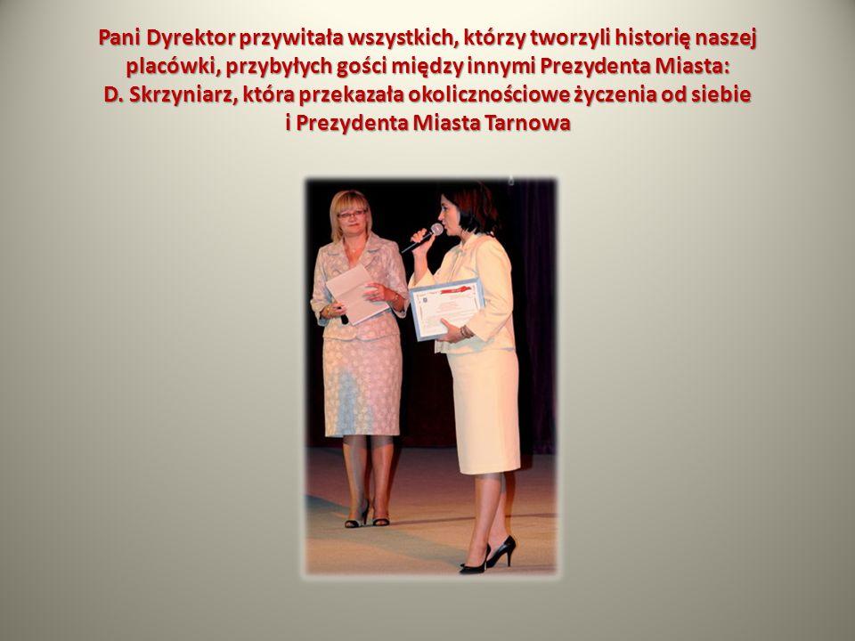 Pani Dyrektor przywitała wszystkich, którzy tworzyli historię naszej placówki, przybyłych gości między innymi Prezydenta Miasta: D.