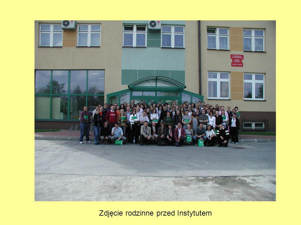 Zdjęcie rodzinne przed Instytutem