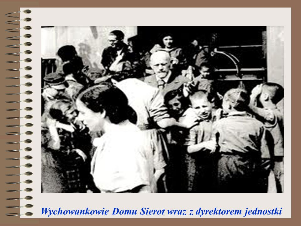 Wychowankowie Domu Sierot wraz z dyrektorem jednostki