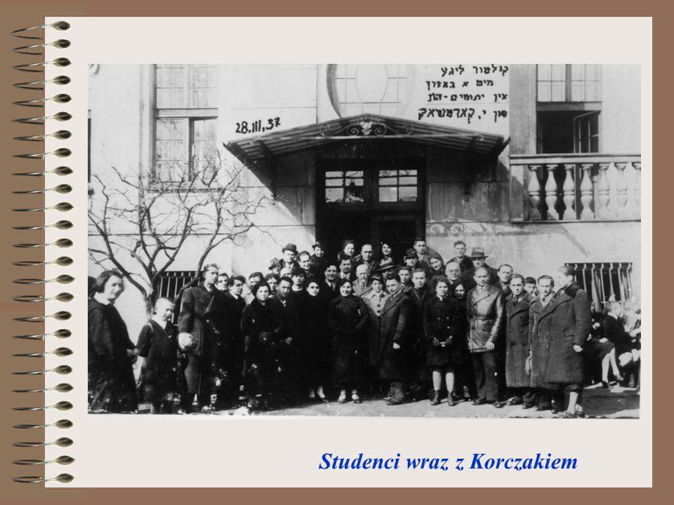 Studenci wraz z Korczakiem