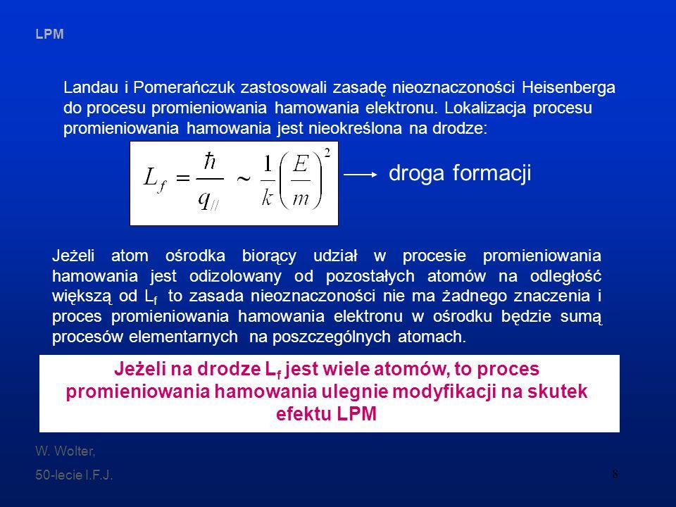Landau i Pomerańczuk zastosowali zasadę nieoznaczoności Heisenberga do procesu promieniowania hamowania elektronu. Lokalizacja procesu promieniowania hamowania jest nieokreślona na drodze: