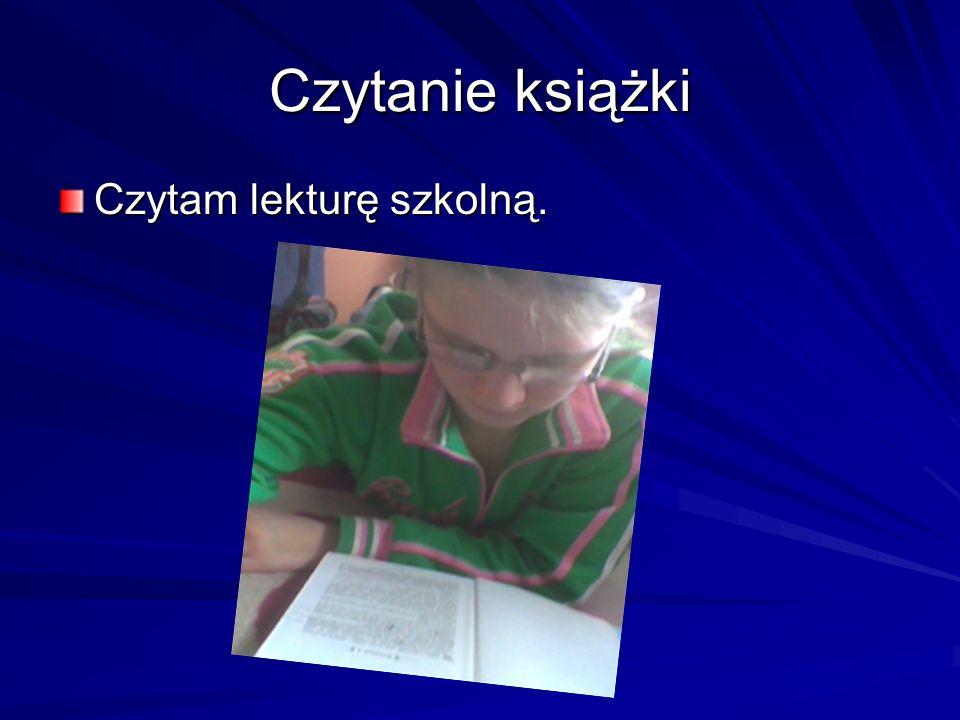 Czytanie książki Czytam lekturę szkolną.
