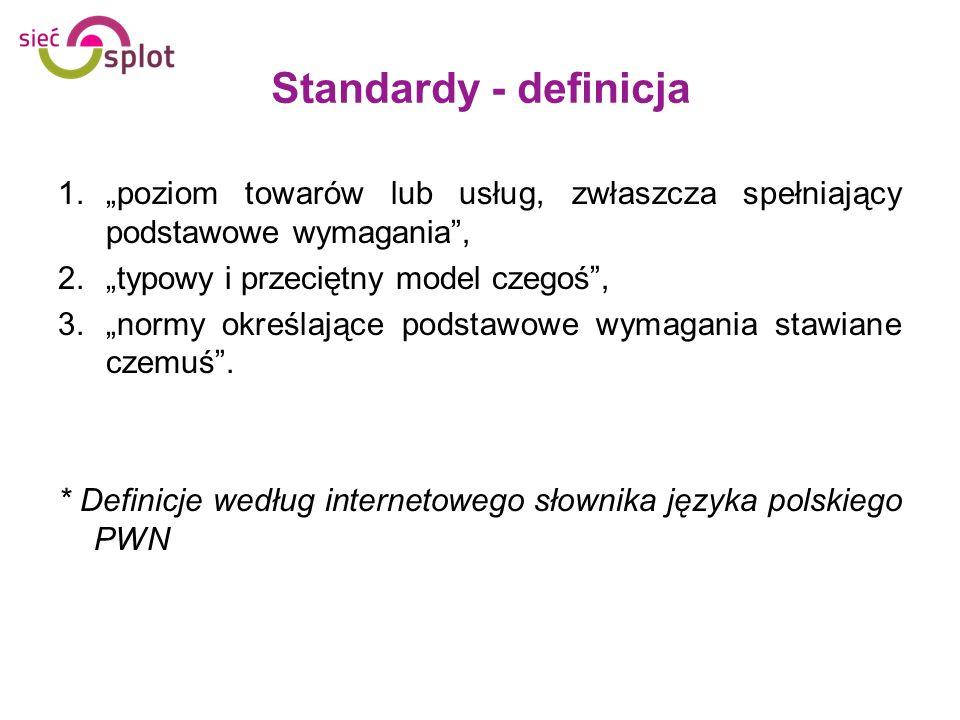 """Standardy - definicja""""poziom towarów lub usług, zwłaszcza spełniający podstawowe wymagania , """"typowy i przeciętny model czegoś ,"""