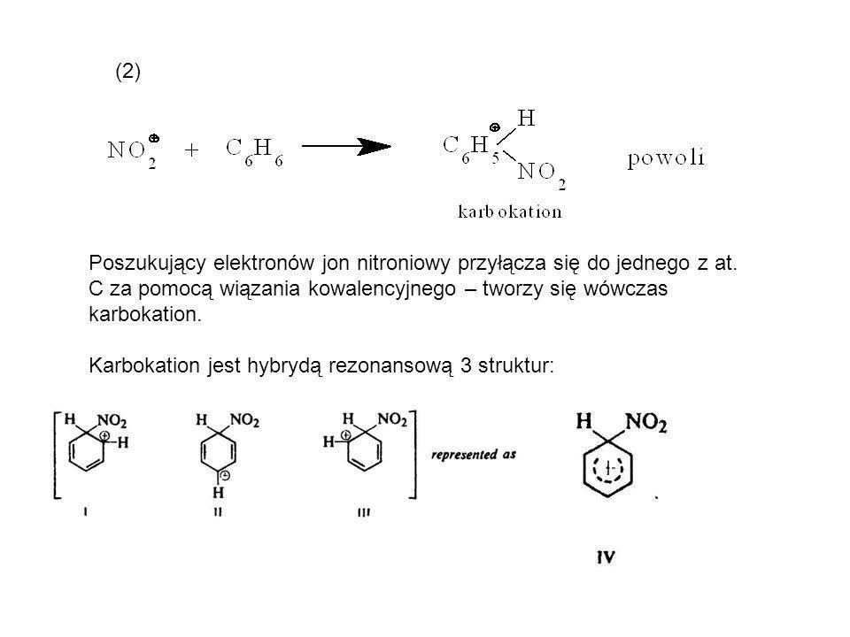 (2) Poszukujący elektronów jon nitroniowy przyłącza się do jednego z at. C za pomocą wiązania kowalencyjnego – tworzy się wówczas karbokation.