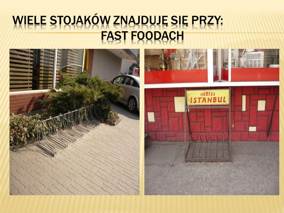 Wiele stojaków znajduję się przy: fast foodach
