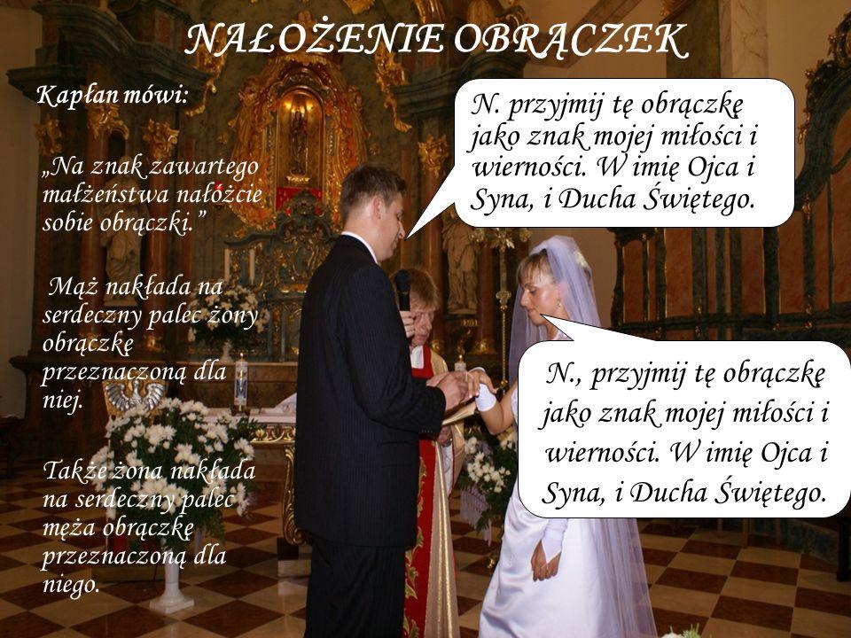 """NAŁOŻENIE OBRĄCZEKKapłan mówi: """"Na znak zawartego małżeństwa nałóżcie sobie obrączki."""