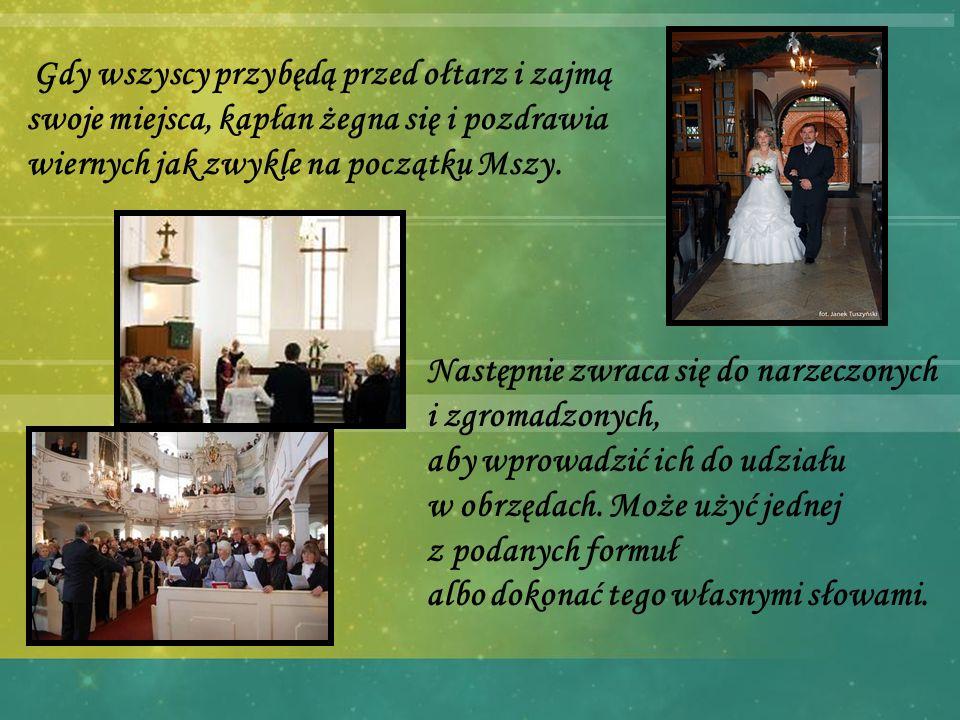 Gdy wszyscy przybędą przed ołtarz i zajmą swoje miejsca, kapłan żegna się i pozdrawia wiernych jak zwykle na początku Mszy.
