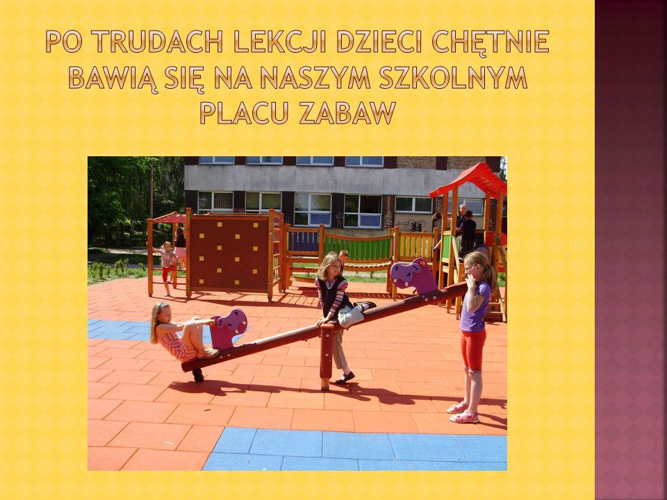 Po trudach lekcji dzieci chętnie bawią się na naszym szkolnym placu zabaw