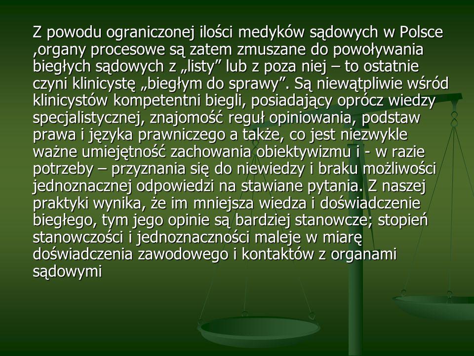 """Z powodu ograniczonej ilości medyków sądowych w Polsce ,organy procesowe są zatem zmuszane do powoływania biegłych sądowych z """"listy lub z poza niej – to ostatnie czyni klinicystę """"biegłym do sprawy ."""