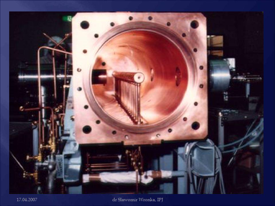 Metoda Alvareza Pierwszy akcelerator Alvareza zbudowany został w 1946r. Przyspieszał protony do energii 32 MeV, zasilany ze źródła 200MHz.