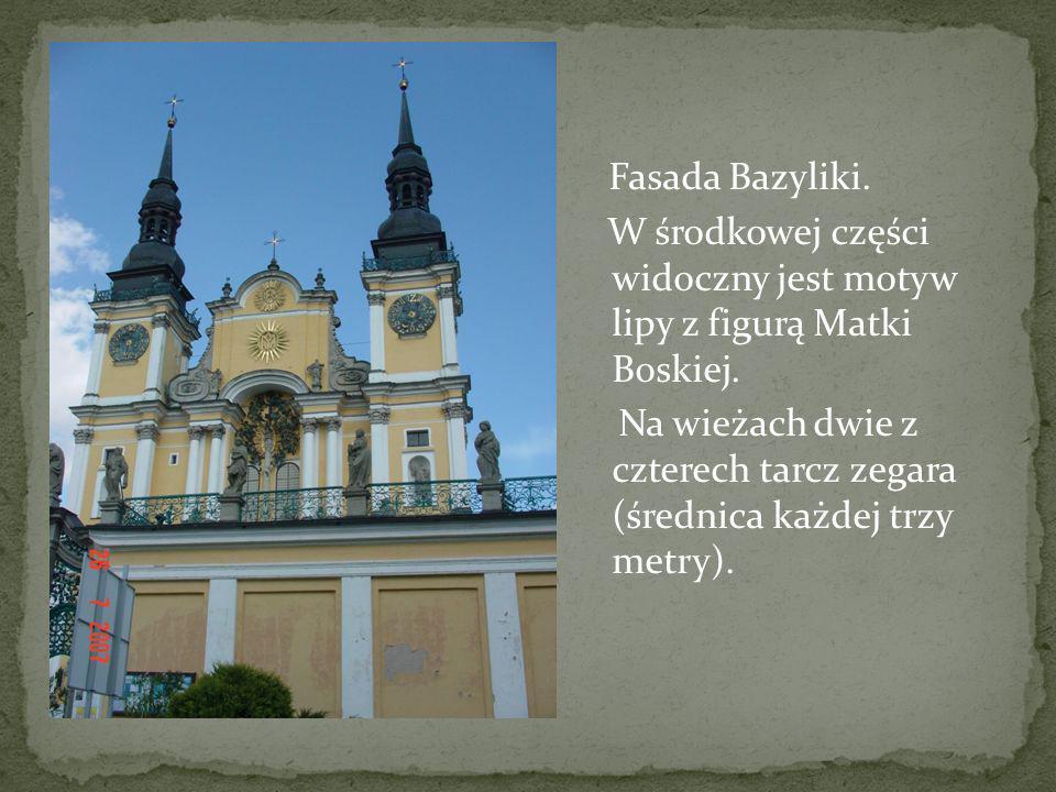 Fasada Bazyliki. W środkowej części widoczny jest motyw lipy z figurą Matki Boskiej.