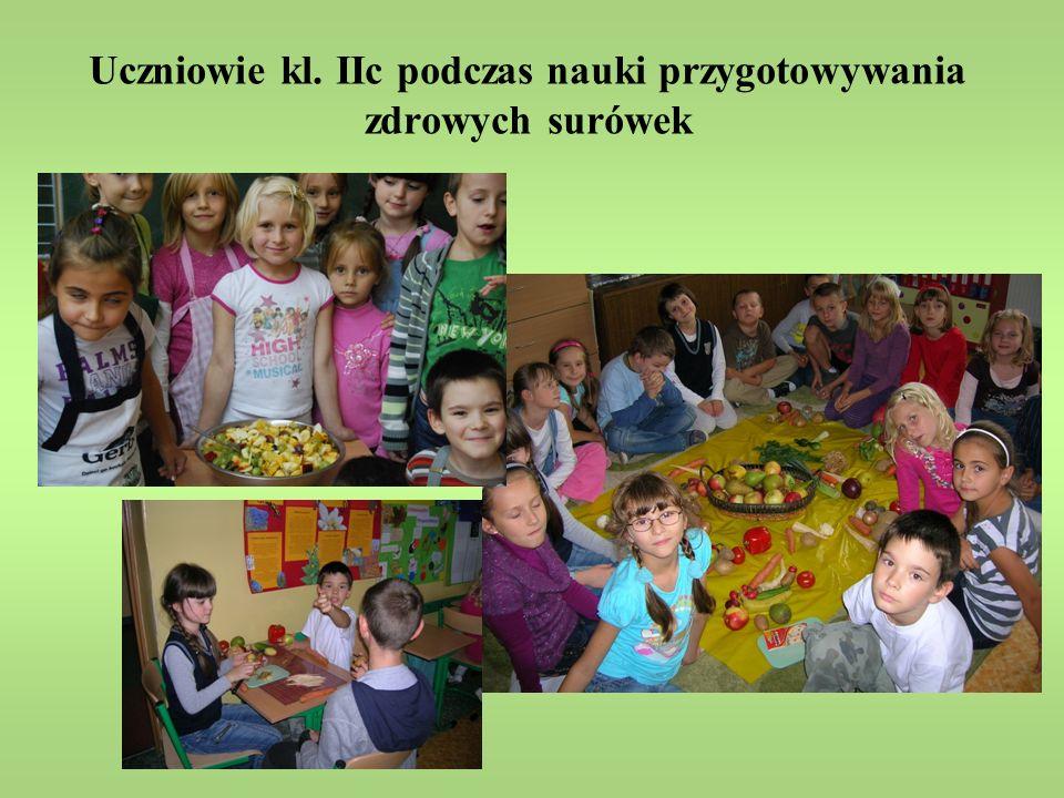 Uczniowie kl. IIc podczas nauki przygotowywania zdrowych surówek