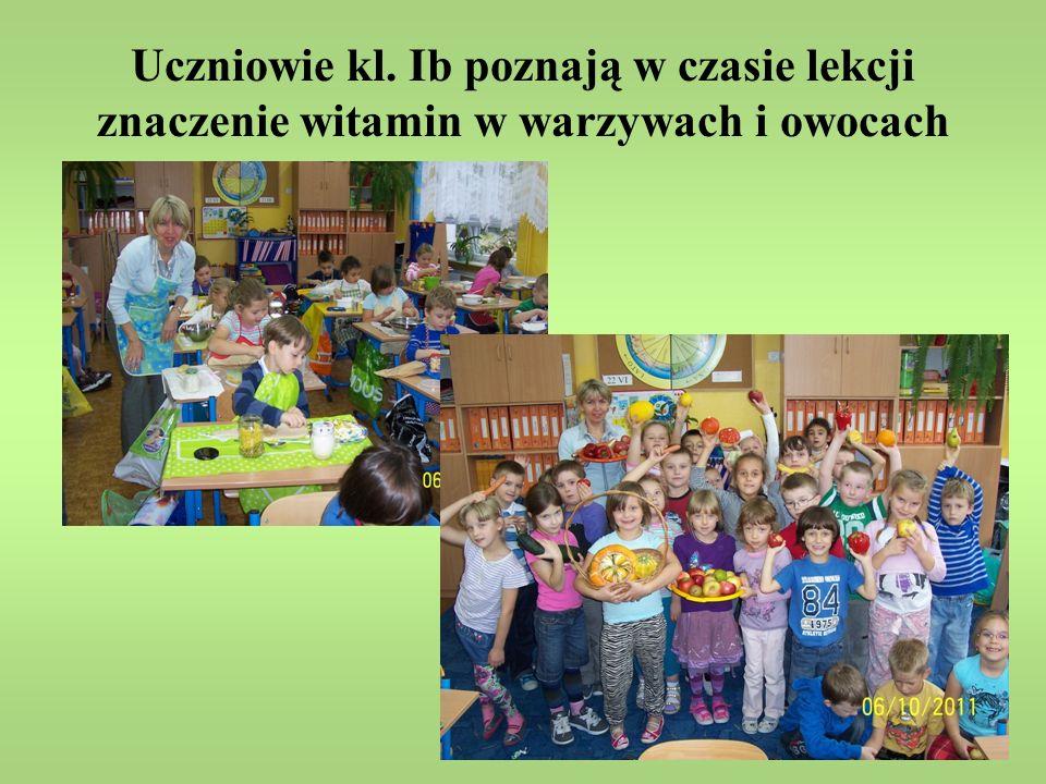 Uczniowie kl. Ib poznają w czasie lekcji znaczenie witamin w warzywach i owocach