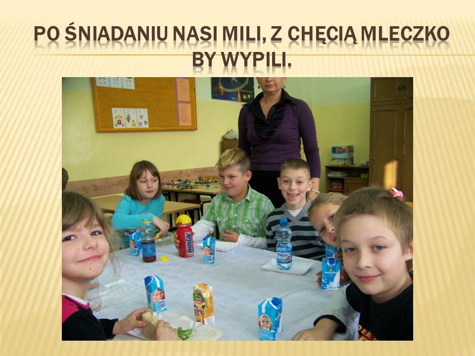 Po śniadaniu nasi mili, Z CHĘCIĄ mleczko by wypili.