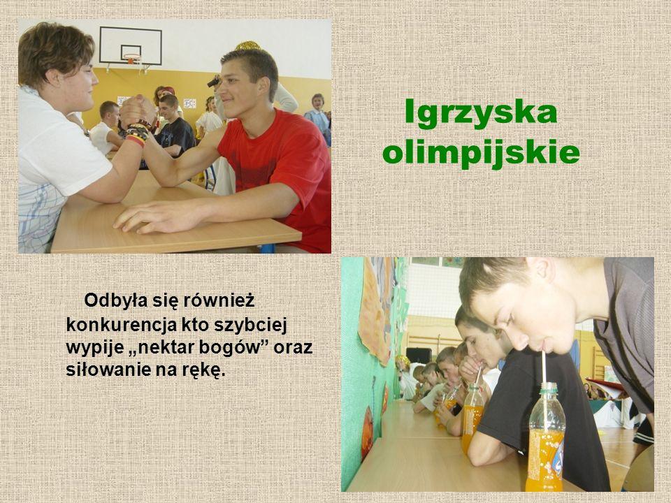 """Igrzyska olimpijskie Odbyła się również konkurencja kto szybciej wypije """"nektar bogów oraz siłowanie na rękę."""