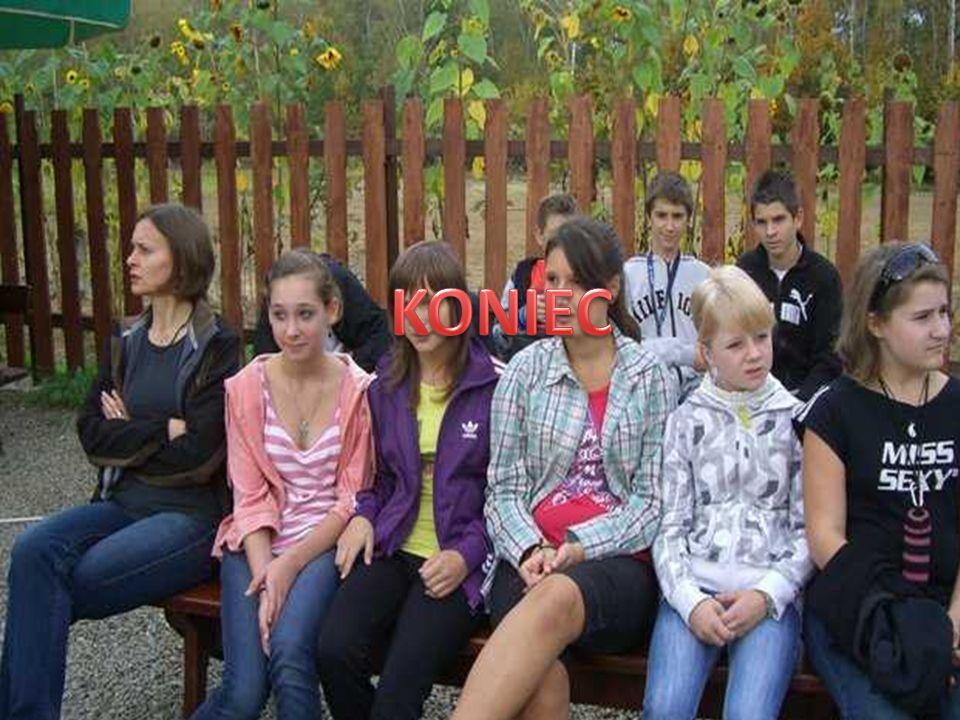 Monika , Kasia i Asia to najlepsze przyjaciółeczki , zawsze na lekcji malują sobie pazureczki ;p