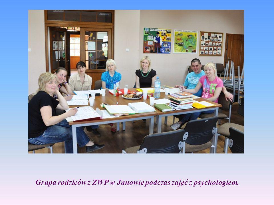 Grupa rodziców z ZWP w Janowie podczas zajęć z psychologiem.