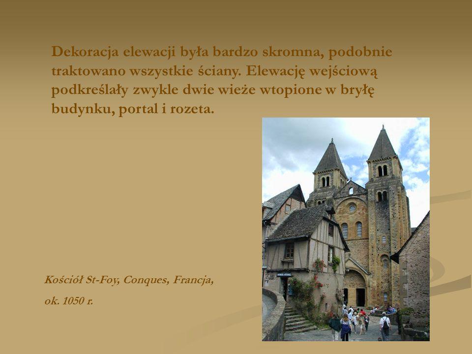 Dekoracja elewacji była bardzo skromna, podobnie traktowano wszystkie ściany. Elewację wejściową podkreślały zwykle dwie wieże wtopione w bryłę budynku, portal i rozeta.