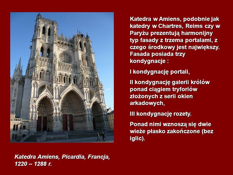 Katedra w Amiens, podobnie jak katedry w Chartres, Reims czy w Paryżu prezentują harmonijny typ fasady z trzema portalami, z czego środkowy jest największy. Fasada posiada trzy kondygnacje :