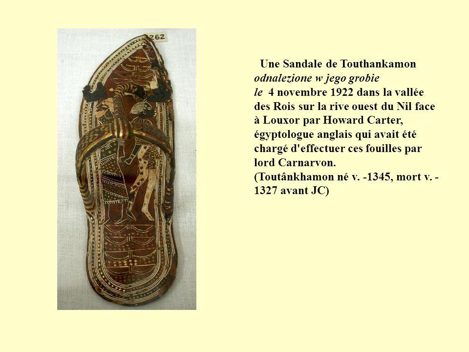 Une Sandale de Touthankamon odnalezione w jego grobie le 4 novembre 1922 dans la vallée des Rois sur la rive ouest du Nil face à Louxor par Howard Carter, égyptologue anglais qui avait été chargé d effectuer ces fouilles par lord Carnarvon.