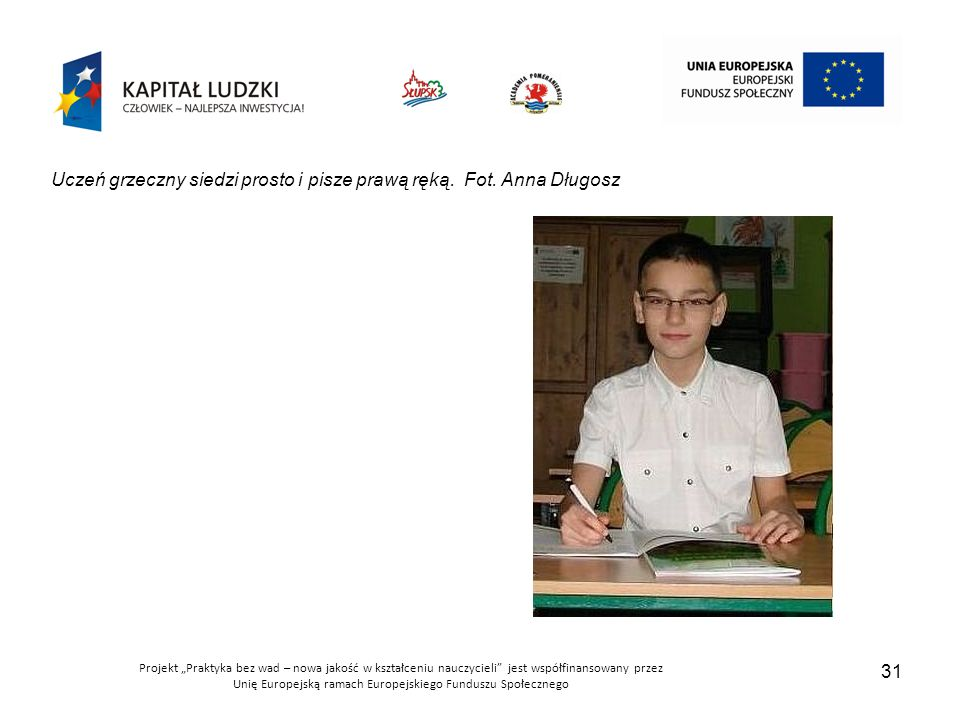 Uczeń grzeczny siedzi prosto i pisze prawą ręką. Fot. Anna Długosz