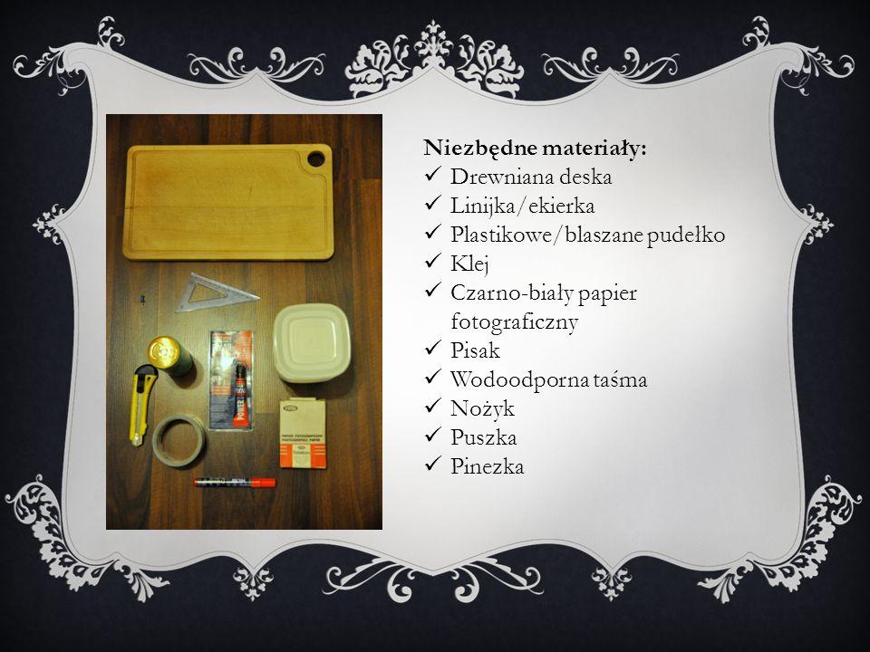 Niezbędne materiały: Drewniana deska. Linijka/ekierka. Plastikowe/blaszane pudełko. Klej. Czarno-biały papier fotograficzny.