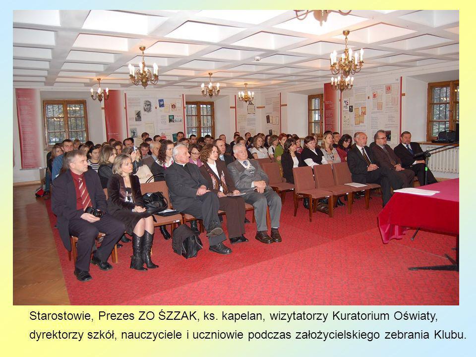 Prezes ZO ŚZZAK, ks. kapelan, dyrektorzy szkół, nauczyciele i uczniowie podczas założycielskiego zebrania Klubu.