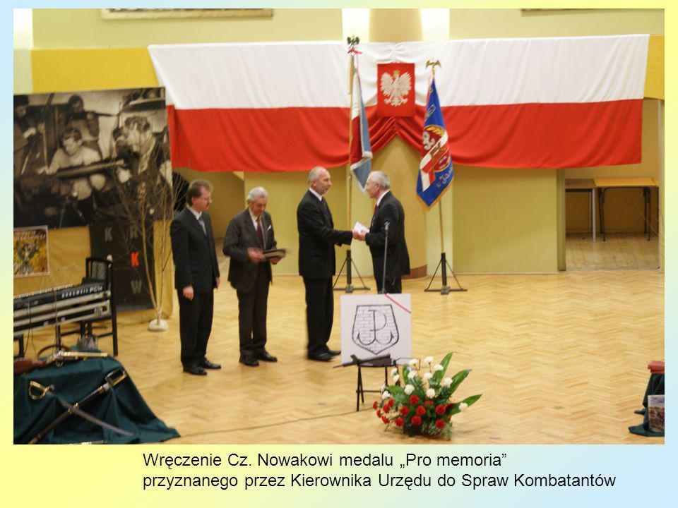 """Wręczenie Cz. Nowakowi medalu """"Pro memoria"""