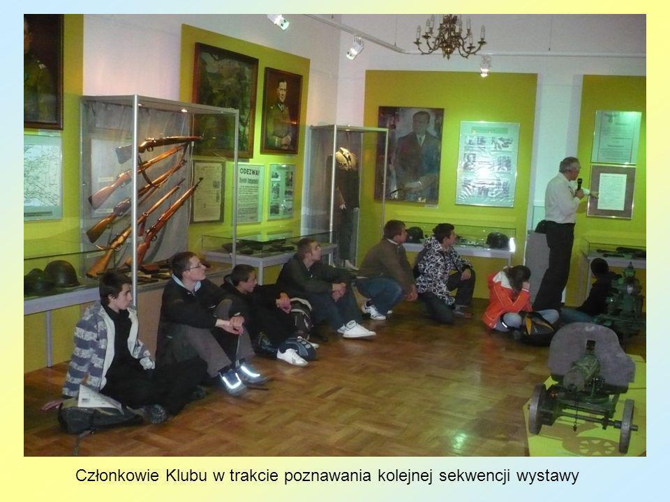 Członkowie Klubu w trakcie poznawania kolejnej sekwencji wystawy