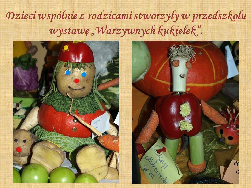 """Dzieci wspólnie z rodzicami stworzyły w przedszkolu wystawę """"Warzywnych kukiełek ."""