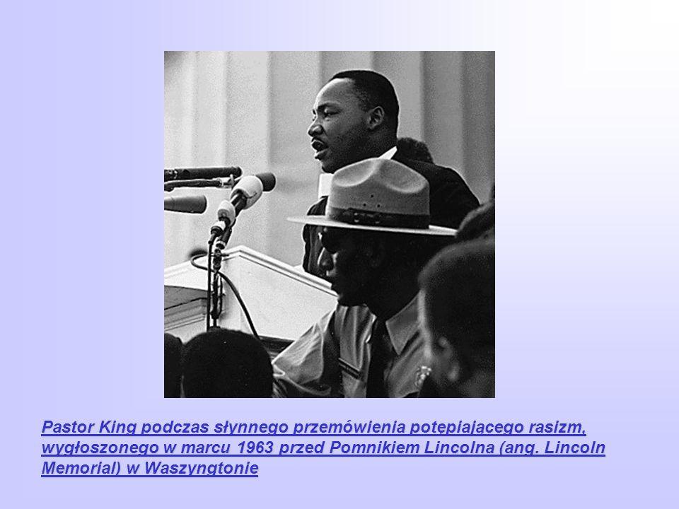 Pastor King podczas słynnego przemówienia potępiającego rasizm, wygłoszonego w marcu 1963 przed Pomnikiem Lincolna (ang. Lincoln Memorial) w Waszyngtonie