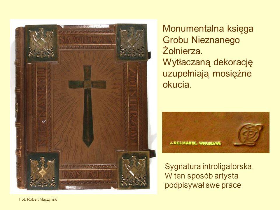 Monumentalna księga Grobu Nieznanego Żołnierza.