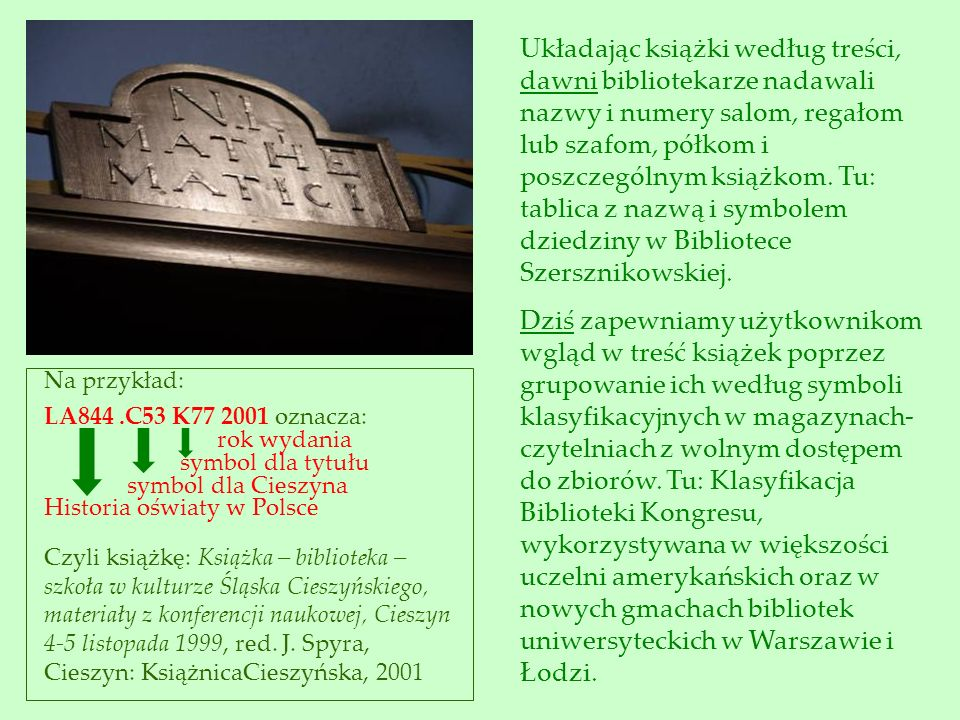 Układając książki według treści, dawni bibliotekarze nadawali nazwy i numery salom, regałom lub szafom, półkom i poszczególnym książkom. Tu: tablica z nazwą i symbolem dziedziny w Bibliotece Szersznikowskiej.