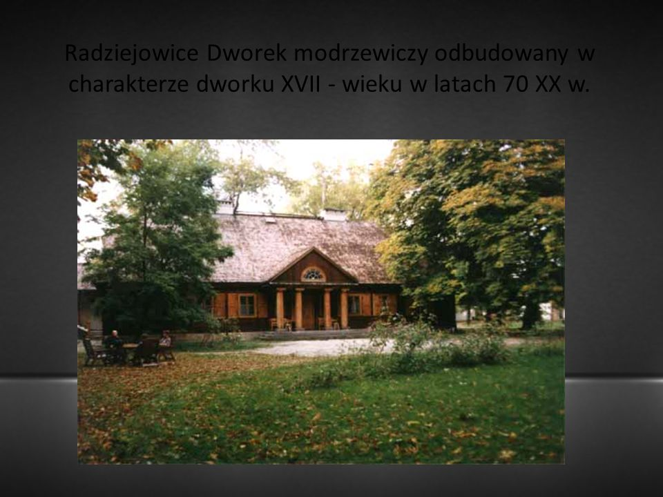 Radziejowice Dworek modrzewiczy odbudowany w charakterze dworku XVII - wieku w latach 70 XX w.
