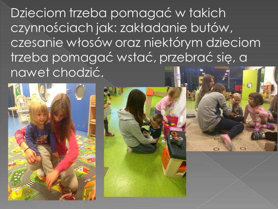 Dzieciom trzeba pomagać w takich czynnościach jak: zakładanie butów, czesanie włosów oraz niektórym dzieciom trzeba pomagać wstać, przebrać się, a nawet chodzić.