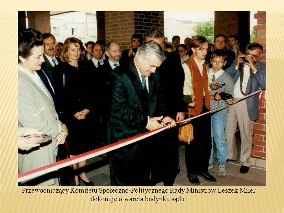 Przewodniczący Komitetu Społeczno-Politycznego Rady Ministrów Leszek Miler dokonuje otwarcia budynku sądu.