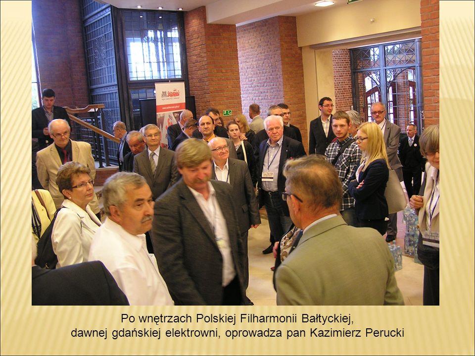 Po wnętrzach Polskiej Filharmonii Bałtyckiej, dawnej gdańskiej elektrowni, oprowadza pan Kazimierz Perucki