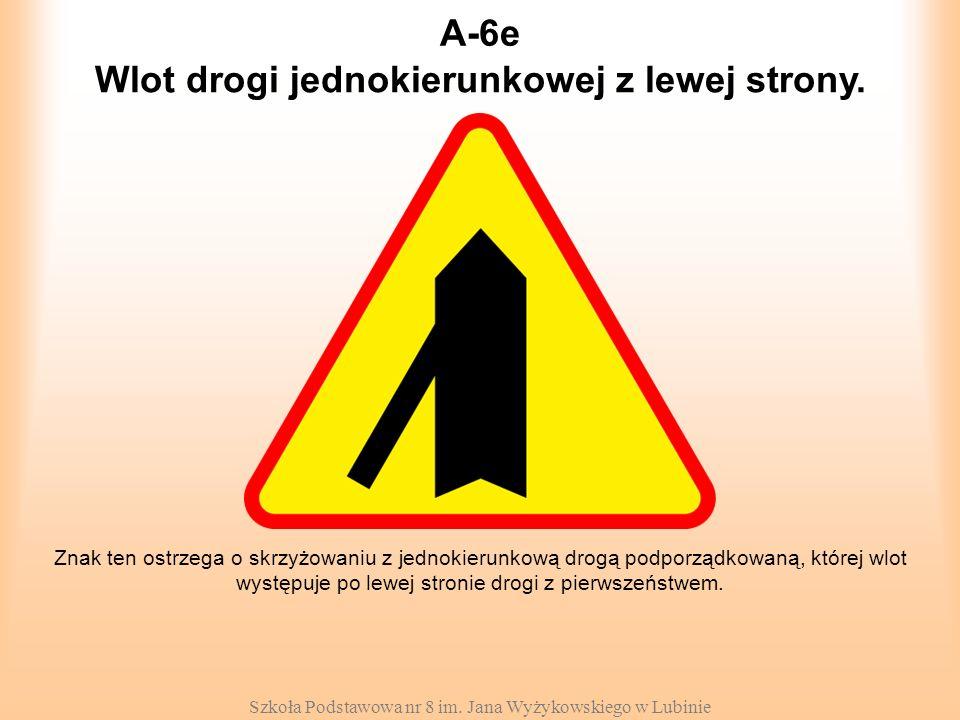 Wlot drogi jednokierunkowej z lewej strony.