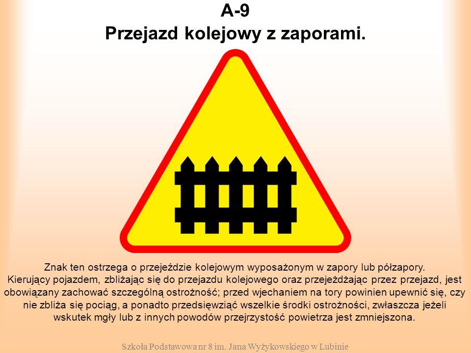Przejazd kolejowy z zaporami.