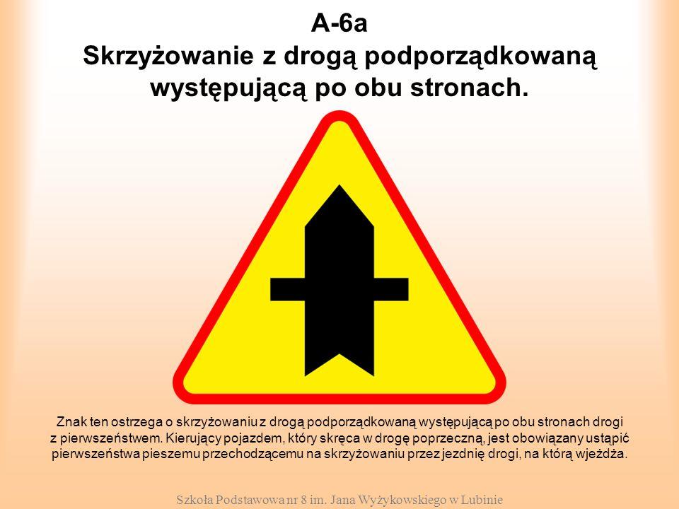 Skrzyżowanie z drogą podporządkowaną występującą po obu stronach.