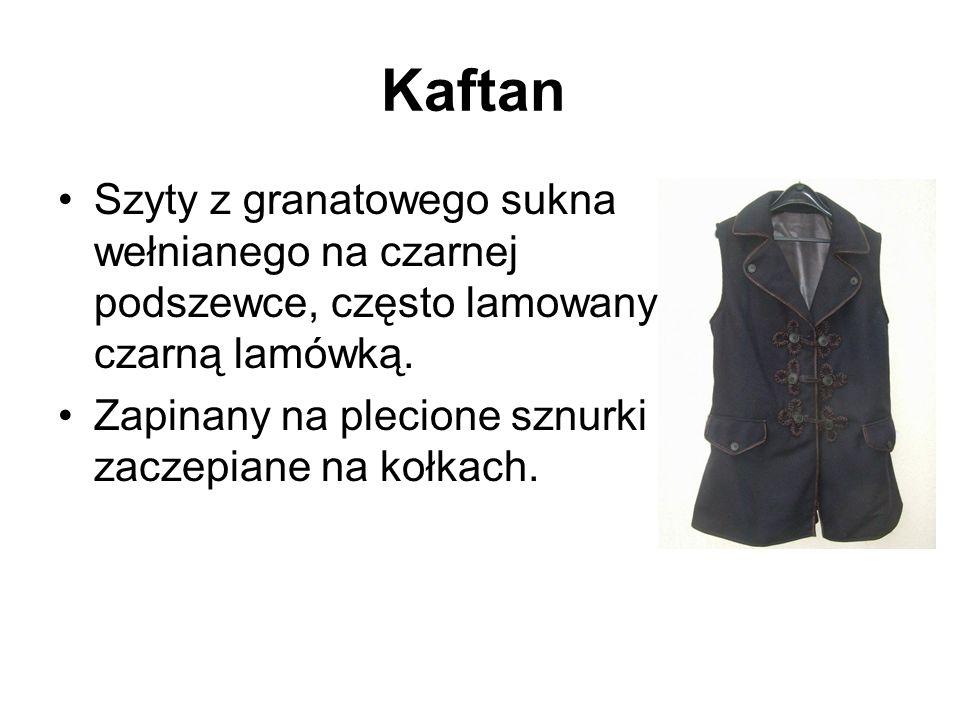 Kaftan Szyty z granatowego sukna wełnianego na czarnej podszewce, często lamowany czarną lamówką.