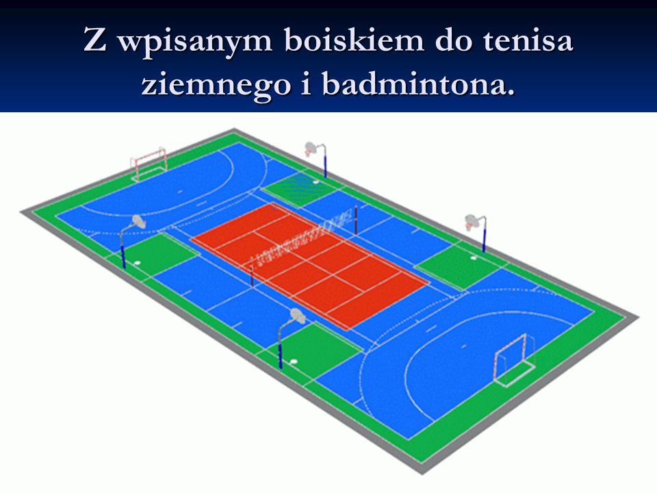 Z wpisanym boiskiem do tenisa ziemnego i badmintona.