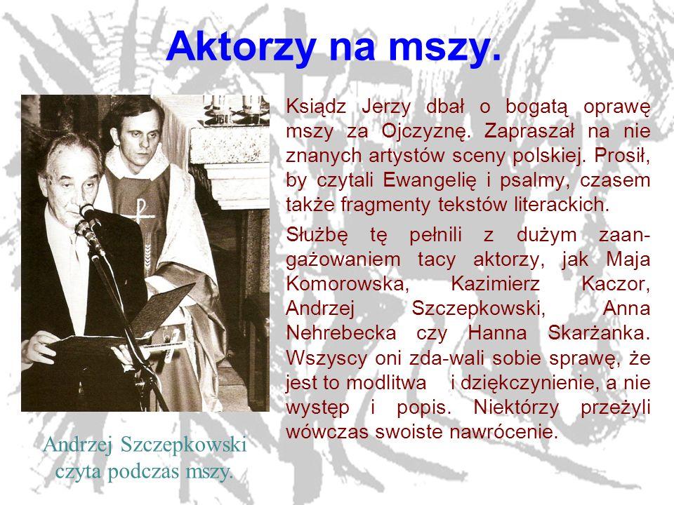 Andrzej Szczepkowski czyta podczas mszy.