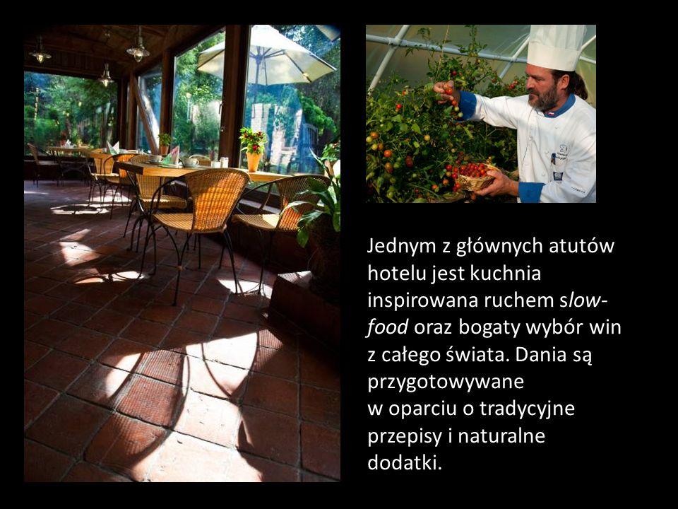 Jednym z głównych atutów hotelu jest kuchnia inspirowana ruchem slow-food oraz bogaty wybór win z całego świata.