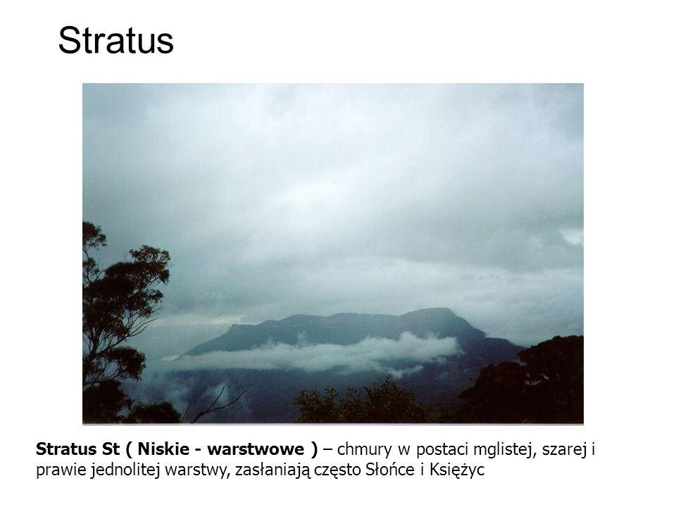 Stratus Stratus St ( Niskie - warstwowe ) – chmury w postaci mglistej, szarej i prawie jednolitej warstwy, zasłaniają często Słońce i Księżyc.