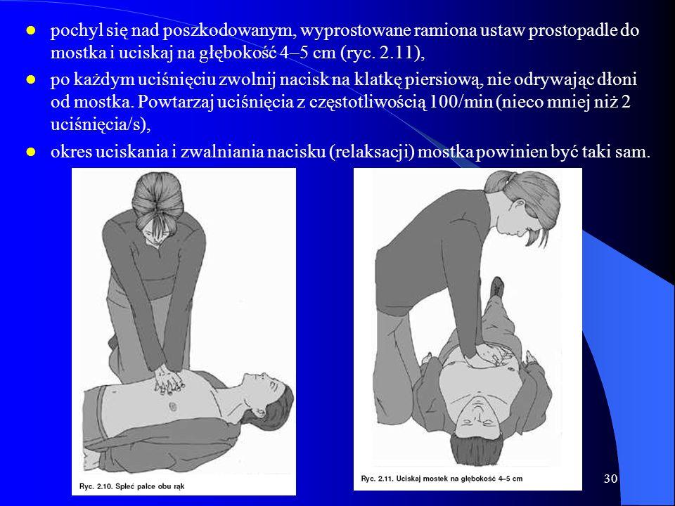 pochyl się nad poszkodowanym, wyprostowane ramiona ustaw prostopadle do mostka i uciskaj na głębokość 4–5 cm (ryc. 2.11),