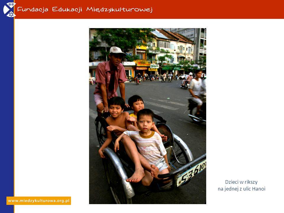 Dzieci w rikszy na jednej z ulic Hanoi