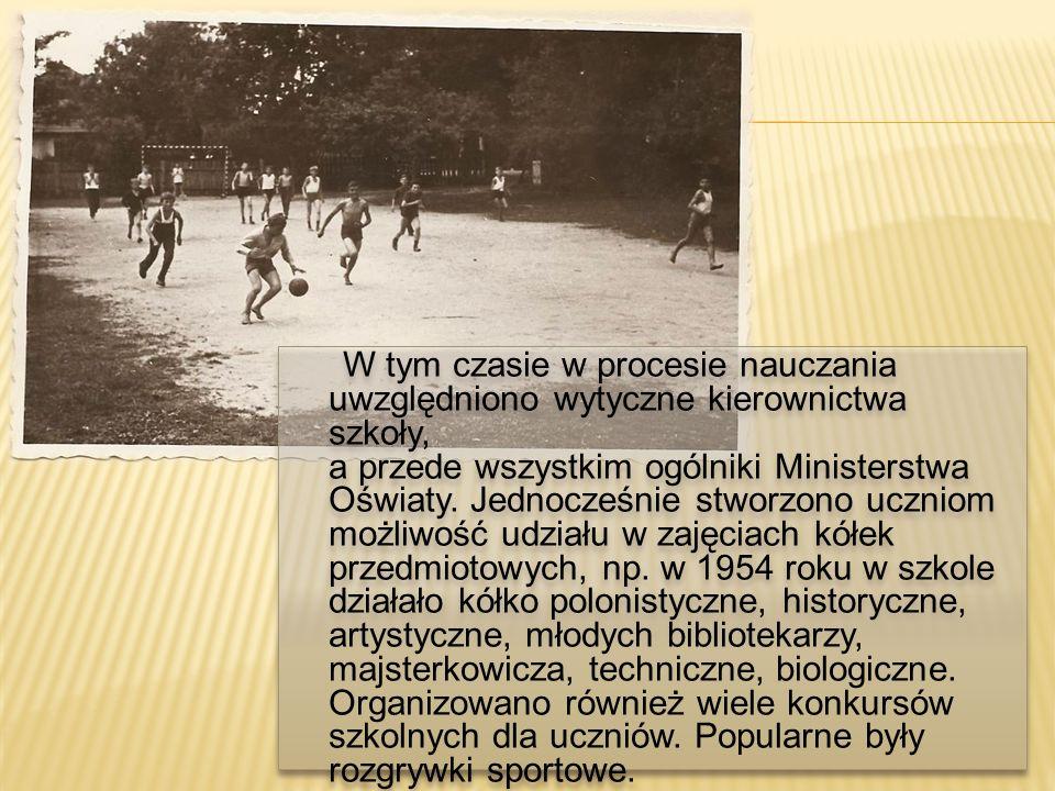 W tym czasie w procesie nauczania uwzględniono wytyczne kierownictwa szkoły, a przede wszystkim ogólniki Ministerstwa Oświaty.
