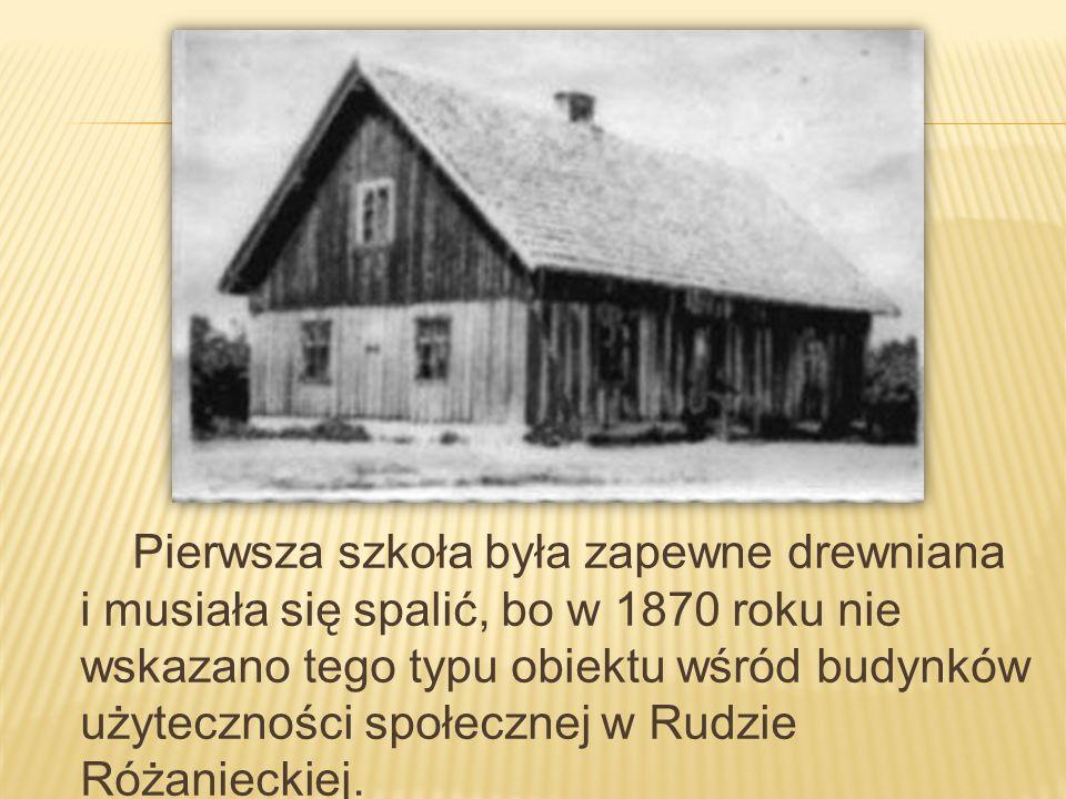Pierwsza szkoła była zapewne drewniana i musiała się spalić, bo w 1870 roku nie wskazano tego typu obiektu wśród budynków użyteczności społecznej w Rudzie Różanieckiej.